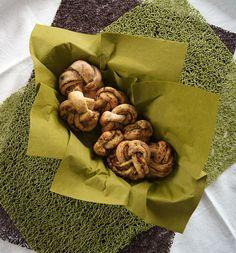 lecker-würzige Pestoknoten mit Wildkräutern und essbaren Blüten von Törtchenfieber