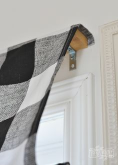diy curtains Learn how to make a stylish and tailored looking DIY roman shade with this simple sewing tutorial - including step by step instructions. Diy Roman Shades, Diy Window Shades, Roman Shades Kitchen, Rustic Roman Shades, Roman Shade Ideas, Farmhouse Roman Shades, Diy Curtains, Roman Curtains, Drapery