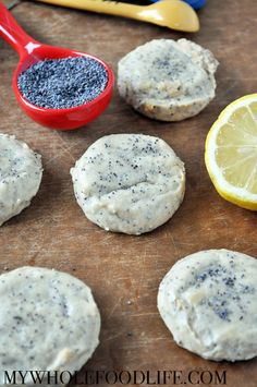 MAPLE SYRUP Delicious Flourless Lemon Poppy Seed cookies with ZERO refined sugar, flour or gluten! Start to finish only 15 minutes! Vegan, gluten free and paleo. Paleo Dessert, Vegan Desserts, Delicious Desserts, Dessert Recipes, Yummy Food, Vegan Recipes, Gluten Free Sweets, Gluten Free Cookies, Cookies Vegan