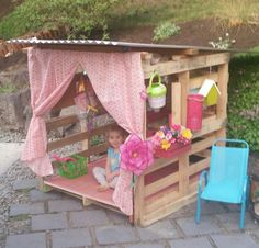 Ein Spielhaus aus Paletten gebaut. Das sieht wirklich gemütlich aus und ich glaube, das gefällt jedem Kind!