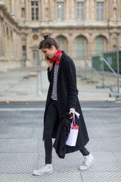 Скинни джинсы, полоска, конверсы. Parisian style, skinny jeans, black coat.