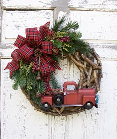 10 Fabulous Holiday Wreaths You Need For Your Home It's not too early to start thinking about decorating your home for the holidays! Here are 10 Fabulous Holiday Wreaths You Need For Your Home Woodland Christmas, Country Christmas, Outdoor Christmas, Christmas Crafts, Christmas Ornament, Christmas Images, Christmas Tinsel, Christmas Island, Natural Christmas