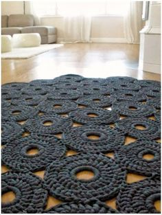 Crochet rug [mondial tissus mood] on aime ce splendide tapis en crochet ! Crochet Diy, Crochet Home Decor, Love Crochet, Crochet Crafts, Yarn Crafts, Diy Crafts, Crochet Rugs, Modern Crochet, Tunisian Crochet