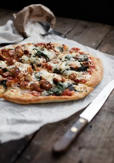 Pizza with sausage, bacon, goat cheese & sun-dried tomato sauce without cooking – Three times a day No Salt Recipes, Pizza Recipes, Wine Recipes, Pizza Mania, Pizza Project, Pizza Buns, Pizza Legume, Sun Dried Tomato Sauce, Bacon