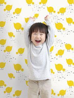 Speels kinderbehang met schattige gele kuikentjes op een witte achtergrond. Non-woven materiaal met wateroplosbare inkten. Een rol is 10,05 meter hoog en 53 cm breed.