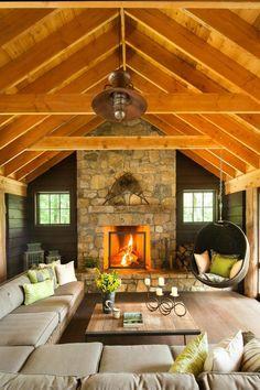 fauteuil suspendu, intérieur rustique chaleureux, cheminée en pierre