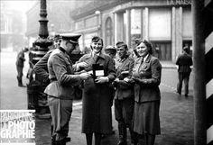 Guerre 1939-1945. Quête à Paris au profit de la Croix-Rouge allemande, en mars 1942.