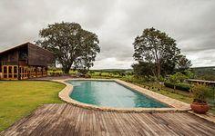 Com forma orgânica, a piscina foi construída em área alta, sem alterar a topografia do terreno. As bordas são de pedras brutas recolhidas na própria fazenda. Projeto do arquiteto Carlos Motta