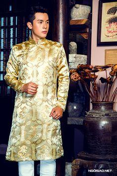 chon-ao-dai-gam-cung-cap-cho-chu-re-3 Vietnamese Men, Vietnamese Dress, Vietnamese Traditional Dress, Traditional Dresses, Ao Dai Men, Ao Dai Wedding, Ao Dai Cach Tan, Groom Outfit, Gold Dress