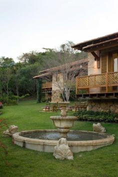 Na área dos chalés na Fazenda Bela Vista, em Itatiba (SP), a fonte de água arremata o espaço de relaxamento e contemplação. O projeto de paisagismo é assinado por Paula Magaldi.  Fotografia:  Divulgação.