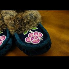 The first #mocmonday of 2015 !!! ☺️☺️☺️ Hope you had a wonderful holiday #kitiganart #moccasins #oneofakind #handmade #buysocial #rockyourmocs #ootd #fur #beadwork