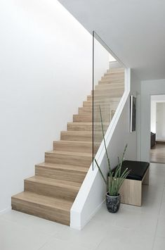 glass wall in stairs - Quilling Deco Home Trends Modern Stair Railing, Staircase Railings, Staircase Design Modern, Staircase Ideas, Staircase Glass Design, Glass Stair Railing, Glass Bannister, Banisters, Basement Stairs
