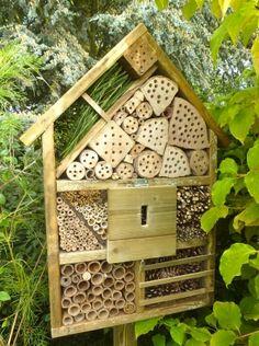 Habitat pour protéger les insectes utiles au jardin (coccinelles, bourdons, toutes familles d'abeilles, perce-oreilles...) qui ne trouvent pas forcément d'endroits pour hiverner. Il est placé dans le jardin, là où les insectes seront tranquilles.