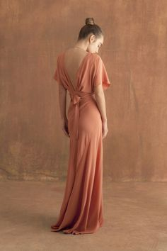 Long silk evening dress, with butterfly sleeves, crossed at the front and with a V-shaped neckline. Ready-to-wear with an artisanal touch, crafted in Barcelona. Dresses To Wear To A Wedding, Bridesmaid Dresses, Prom Dresses, Formal Dresses, Satin Dresses, Elegant Dresses, Pretty Outfits, Beautiful Outfits, Chiffon Rock