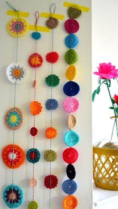 decora y adora: inspiración guirnalda a crochet - Stricken anleitungen,Stricken einfach,Stricken ideen,Stricken tiere,Stricken strickjacke Crochet Diy, Crochet Bunting, Crochet Garland, Crochet Curtains, Crochet Decoration, Crochet Motifs, Crochet Home Decor, Love Crochet, Crochet Granny