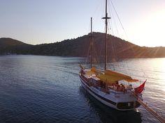 Luxe Zeilvakantie en Meezeil Cruise Sardinie en Corsica. Www.guletcharteritaly.com Gulet Zeilvakantie in Italie en Frankrijk. Luxe bootvakantie in de Middelandse zee. Middelandse zee Bootvakantie met Bemanning. Sardinie boot en Jacht vakantie Italie. Luxe zeilen in de Middelandse zee met Gulet Victoria of Yacht Boutique. Gulet Vakantie Cruise. #forbestravelguide #luxuryworldtraveler #virtuosotravel #italytravel #bespoketravel #luxurytraveladvisor #incentivetravel #signaturetravelnetwork #signatu Cruise Italy, Sailing Cruises, Private Yacht, Yacht Boat, Boat Rental, Family Holiday, World Traveler, Italy Travel, Trip Advisor