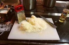 Как натереть сыр так, чтобы он не прилипал к терке?Терку надо смазать растительным маслом, тогда ни мягкий, ни твердый сыр не не прилипнут к терке!