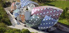"""Daniel Buren relooke la fondation Louis Vuitton pour son """"Observatoire de la…"""