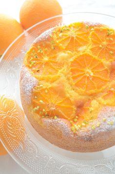 焼き上がったらケーキクーラーにのせて冷まします。粉糖を振り、ピスタチオを飾って出来上がりです。