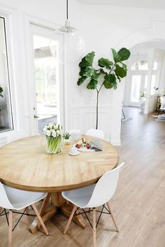 Interieur Mid centuary modern dining room design with hanging glass bulb light fixture Eames Dining, Dining Room Chairs, Office Chairs, Dining Nook, Eames Chairs, Lounge Chairs, Upholstered Chairs, Natural Wood Dining Table, Round Dining Table Modern