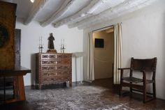 Casa natal de Goya. Se halla ubicada en la localidad zaragozana de Fuendetodos. Actualmente, se puede visitar como museo en el que se muestran enseres y muebles de estilo aragonés, así como reproducciones de obras y diversa documentación de Francisco de Goya. La casa fue identificada en 1913 por Ignacio Zuloaga y otros artistas que descubrieron una lápida que dice: En esta humilde casa, nació para honor de la patria y asombro del arte, Francisco de Goya y Lucientes.