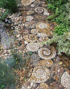 allées de jardin en mosaique de galets décoratifs multicolores, bassin d'eau et plantes aquatiques