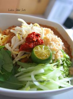 I think this is the least known Laksa in Malaysia. Even my Malay colleagues have never heard of it. Well, They know laksae , laksam , laksa. Malaysian Cuisine, Malaysian Food, Malaysian Recipes, Indian Food Recipes, Asian Recipes, Healthy Recipes, Prawn Fritters, Laksa Recipe, Curry Laksa