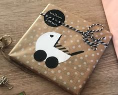 Leuke verpakking geboorte Leuke verpakking geboorte The post Leuke verpakking geboorte appeared first on Cadeau ideeën. Baby Gift Wrapping, Baby Shower Wrapping, Gift Wraping, Creative Gift Wrapping, Present Wrapping, Creative Gifts, Wrapping Ideas, Cadeau Baby Shower, Baby Nursery Diy