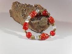 Rot-weisses Millefiori-Armband, handgefertigtes Einzelstück, Länge ca. 18 mm, rote Millefiori-Perlen, Metallperlen Blume, weisse Katzenaugen-Perlen 8 mm