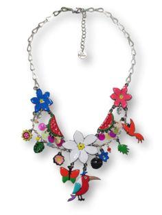 On aime les plusieurs niveaux avec des pendentifs très harmonieux.Un collier très estival à porter sans modération La fleur de tiaré domine de sa blancheur légendaire