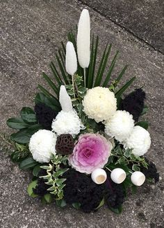 An arrangement for All Saints day Grave Decorations, All Saints Day, Arte Floral, Ikebana, Wood Crafts, Tulips, Flower Arrangements, Floral Wreath, Projects To Try