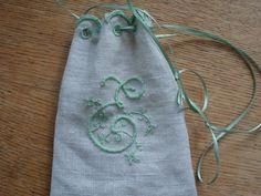 Lille sæbepose med engelsk broderi - huller og buekant. Monogram i fransk syning. Mit første forsøg