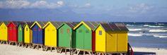 Cabanes ou cabines, elles s'alignent en couleur le long d'une plage nordique