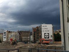 Graue Wolken über der Baugrube, die mittlerweile drei Meter tief ist.