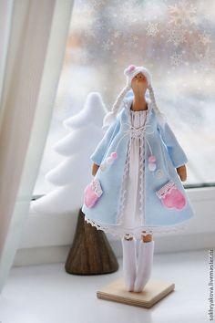 Купить или заказать Зимняя девочки в стиле Тильда. в интернет-магазине на Ярмарке Мастеров. Какой Новый год без снегурочки, пусть даже не совсем обычной :) Подарите себе и своим близким праздничное новогоднее настроение. Подставка входит в компл…