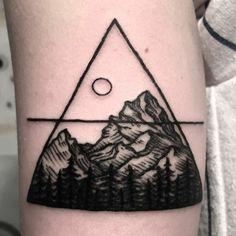 tatouage paysage, dessin symbolique, grand triangle et soleil au dessus de la montagne