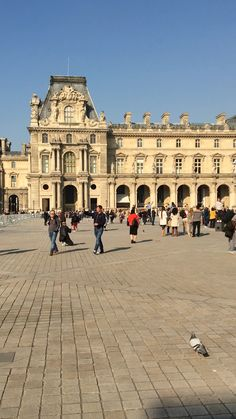 The Musée du Louvre is beautiful during the day. This video shows how stunning the castle and giant glass pyramid are at the entrance to the Louvre in Paris France. Paris Travel, France Travel, Montorgueil Paris, Paris Video, Hotel Des Invalides, Eiffel Tower At Night, Travel Videos, Beautiful Places To Travel, Travel Aesthetic