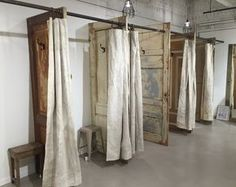 Livd / Naai- en stoffeeratelier: Paskamers met industriële canvas gordijnen