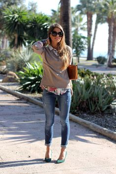 How to wear your top with ripped jeans! 10 great looks for all types of occasions. Check out these 10 tops with ripped jeans looks here! Outfit Jeans, Fall Fashion Trends, Autumn Fashion, I Love Fashion, Fashion Looks, Camisa Floral, Floral Blouse, Mode Blog, Outfits Damen