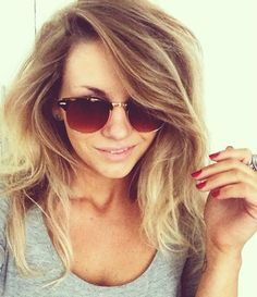 Love her hair. oh, and the Ray Bans outlet online is cool too Womens Fashion Uk, Curvy Women Fashion, Fashion Wear, Latest Fashion For Women, Look Fashion, Fashion Tips, Street Fashion, Italian Women Style, French Women Style
