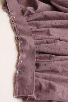 DIY Jupe Froncée – Le Fil à Coudre d'Anna - Pinboards Tutorial and Ideas Fashion Sewing, Diy Fashion, Hijab Fashion, Sewing Clothes, Diy Clothes, Sewing Hacks, Sewing Tutorials, Sewing Tips, Sewing Lessons