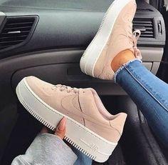 Jordan Shoes Girls, Girls Shoes, Shoes Women, Ladies Shoes, Zapatillas Nike Air Force, Souliers Nike, Skinny Jeans Damen, Moda Nike, Tennis Shoes Outfit
