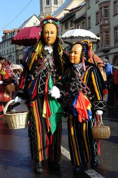 """Rottweiler Narrensprung    Während im rheinischen Karneval die """"Narren"""" ausgelassen tanzen, geht es bei der alemannischen """"Fasnet"""" zunächst fast ein bisschen gespenstisch zu."""