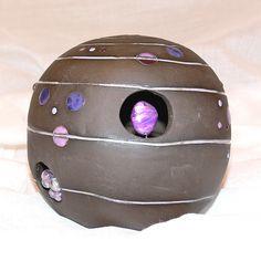 """Diese Kugel scheint vom Himmel gefallen zu sein. Sie strahlt in verschiedenen lila Farbtönen und hat überall """"Einschlüsse"""" aus Perlen und Glasstein... Shops, Kugel, Riding Helmets, Etsy, Lilac, Christmas Jewelry, Spot Lights, Heaven, Beads"""