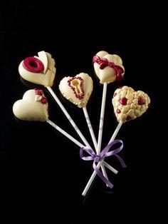Innovativi stampi decoStick® di decosil per ottenere in poco tempo e con estrema semplicità gelati, cioccolatini su stecco o lecca lecca dalle decorazioni in 3D sorprendenti e irresistibili. Con lo Stampo Cuori d'Amore decoStick a 5 differenti impronte a forma di cuore potrai creare: #Gelati su stecco (anche ricoperti al cioccolato). Snack di cioccolato con frutta secca. Cremini decorati o ricoperti con #cioccolato o granelle croccanti. #Leccalecca di #zucchero #lollipop #decosil, #gelato