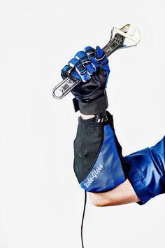 GMは現在、スウェーデンの医療機器メーカーBioservo社と提携して、Robonautの手の部分をRobogloveに応用しようとしている。圧力センサーが神経を、アクチュエーターが筋肉を模倣して、手の動きを感知して増強する。卵を扱えるほど繊細でありつつ、ハンマーをしっかり握れるほど強力だ。