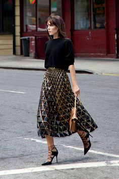 INSPIRATION: Understated New Years Eve Outfit Inspiration; Team a statement skirt with & cosy knitted jumper for the perfect winter outfit Look Street Style, Rock Style, Street Chic, Winter Date Night Outfits, Date Outfits, Look Fashion, Fashion Outfits, Fashion Design, Metal Fashion
