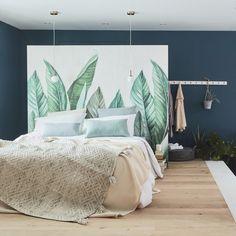 Pour aménager la suite parentale de vos rêves, commencez par séparer les espaces : un coin chambre en haut et une salle de bains en contrebas. Optez pour un bois chaleureux au sol côté chambre et une cloison en guise de tête de lit pour délimiter la partie dressing. Privilégiez le béton ciré et le carrelage dans la salle de bains. Prévoyez une douche à l'italienne et une baignoire balnéo. Harmonisez les espaces avec une décoration naturelle et de nombreuses plantes. Decor, Room, Interior, Cool Rooms, Room Set, House Styles, Home Decor, Home Deco, Bedroom Decor