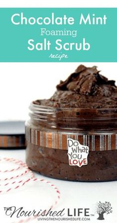 Chocolate Mint Foaming Salt Scrub Recipe Are you ready to add something new to your skin care routine? Check out this super simple & simple DIY homemade chocolate mint foaming salt scrub recipe! Salt Scrub Recipe, Body Scrub Recipe, Diy Body Scrub, Diy Scrub, Homemade Skin Care, Diy Skin Care, Homemade Chocolate, Mint Chocolate, Soap Recipes