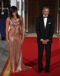 En su última cena de Estado como primera dama Michelle no defraudó con este vestido de cota de malla en oro rosado de Atelier Versace. Un guiño al primer ministro de Italia, Matteo Renzi.